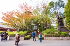 东京,日本- 2017年10月31日:菩萨雕塑的看法在城市公园 复制文本的空间 免版税图库摄影