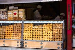 东京,日本- 2017年10月31日:街道商店用饼干 复制文本的空间 免版税库存照片