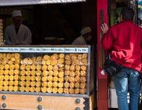 东京,日本- 2017年10月31日:街道商店用饼干 复制文本的空间 库存照片