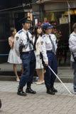 东京,日本- 2017年5月14日:观看游行的警察在t 免版税库存图片
