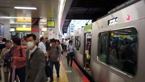 东京,日本- 2018年6月20日:走在涩谷日本铁路平台的通勤者 股票录像