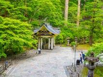 东京,日本- 2017年8月24日:走近Rinno ji的未认出的人民是15佛教寺庙复合体  库存图片
