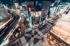 东京,日本- 2019年1月13日:银座斑马行人穿越道有汽车通行的路交叉点都市风景空中夜视图  库存图片