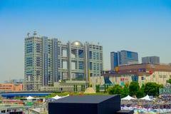 东京,日本2017年6月28日- :未来派富士电视台大厦在与蓝天的一个美好的晴天在Odaiba,东京 库存照片