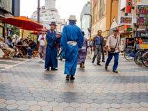 东京,日本2017年6月28日- :未认出人走整洁佛教寺庙的Sensoji商店在东京 免版税库存图片