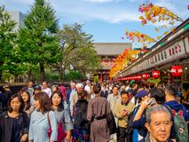 东京,日本2017年6月28日- :看佛教寺庙的Sensoji的人人群商店在东京,日本 的treadled 库存图片