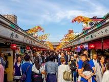 东京,日本2017年6月28日- :看佛教寺庙的Sensoji的人人群商店在东京,日本 的treadled 免版税库存照片