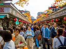 东京,日本2017年6月28日- :看佛教寺庙的Sensoji的人人群商店在东京,日本 的treadled 免版税库存图片