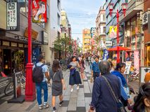 东京,日本2017年6月28日- :看佛教寺庙的Sensoji的未认出的人民商店在东京,日本 库存照片