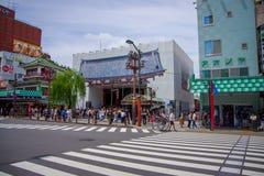 东京,日本2017年6月28日- :走和穿过街道近在佛教寺庙Sensoji的人人群  库存照片