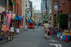 东京,日本2017年6月28日- :走在一条扔石头的道路的未认出的人民近佛教寺庙Sensoji在东京 免版税图库摄影