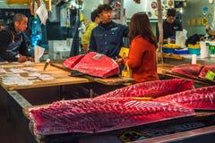 东京,日本- 2014年12月, 01日:Tsukiji的金枪鱼卖主, 图库摄影