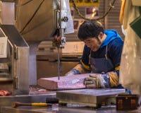 东京,日本- 2014年11月, 22日:Tsukiji的金枪鱼卖主, 免版税库存照片