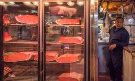 东京,日本- 2014年11月, 22日:Tsukiji的金枪鱼卖主 图库摄影