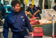 东京,日本- 2014年11月, 22日:Tsukiji的金枪鱼卖主 库存图片