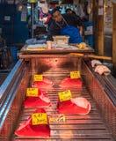 东京,日本- 2014年12月, 01日:Tsukiji的金枪鱼卖主 库存图片