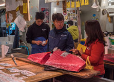 东京,日本- 2014年12月, 01日:Tsukiji的金枪鱼卖主 免版税库存照片