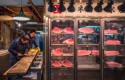 东京,日本- 2014年11月, 22日:Tsukiji的金枪鱼卖主 免版税库存照片