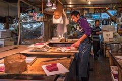 东京,日本- 2014年11月, 22日:Tsukiji的金枪鱼卖主 免版税图库摄影
