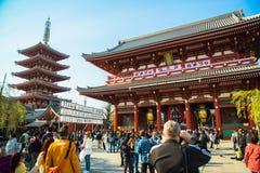 东京,日本- 4月7日轰烈的佛教结构以在生动的红黑口气绘的一盏巨型的纸灯为特色对sugge 免版税库存照片