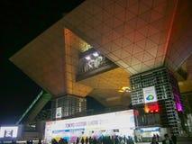 东京,日本- 2013年11月23日:东京国际展示场入口对第43个东京汽车展示会的在晚上 免版税库存照片