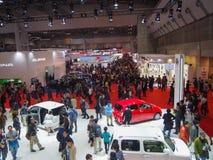 东京,日本- 2013年11月23日:东京汽车展示会的访客 免版税库存照片