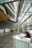 东京,日本- 2013年11月26日:人参观东京国际性组织论坛 库存照片
