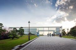 东京,日本- 2013年11月26日:人参观观察大厦在Kasairinkai公园 免版税库存图片