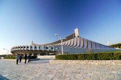 东京,日本- 2013年11月20日:人参观代代木全国健身房在东京 免版税库存照片