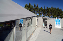 东京,日本- 2013年11月23日:人参观21_21设计视域博物馆在东京 免版税图库摄影