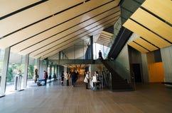 东京,日本- 2013年11月24日:人参观Nezu博物馆在东京 库存照片