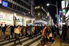 东京,日本- 2013年11月25日:人们在Kichijoji区参观商业街 免版税库存照片