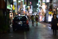 东京,日本- 2013年11月25日:人们在Kichijoji区参观商业街 库存图片