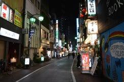 东京,日本- 2013年11月25日:人们在Kichijoji区参观商业街 免版税图库摄影