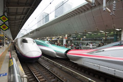 东京,日本- 2016年10月3日:在平台的Shinkansens在东京站 库存图片