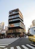 东京,日本- 2013年11月21日:在浅草文化旅游中心附近的未认出的游人 免版税库存照片