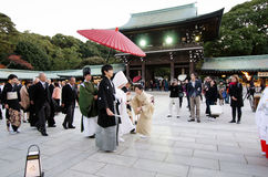 东京,日本- 2013年11月23日:在美济礁津沽寺庙的日本婚礼 免版税库存图片