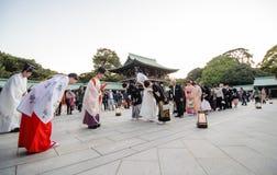 东京,日本- 2013年11月23日:在美济礁津沽寺庙的日本婚礼 库存照片