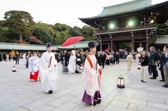东京,日本- 2013年11月23日:在美济礁津沽寺庙的日本婚礼 免版税库存照片