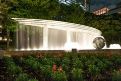 东京,日本- 2015年10月6日:夜喷泉在公园 企业大厦在背景中 公寓结构大厦大厦具体玻璃高日本现代住宅上升钢东京塔耸立 免版税库存照片