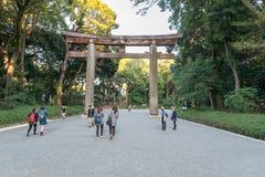 东京,日本- 2015年10月07日:对位于致力deifi的涩谷的皇家明治神宫的入口,东京寺庙 库存照片