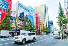 东京,日本- 2015年11月26日:拥挤人交通通行证 库存照片