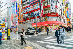 东京,日本- 2015年11月26日:拥挤人交通通行证 图库摄影