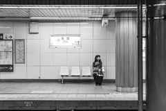 东京,日本- 2016年11月15日:有夫人waiti的东京地下铁地铁 库存图片