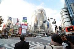 东京,日本- 2013年11月28日:横渡涩谷的中心人人群  免版税库存图片