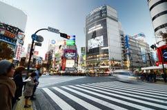 东京,日本- 2013年11月28日:横渡涩谷的中心人人群  图库摄影