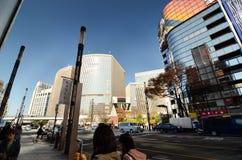 东京,日本- 2013年11月26日:购物在现代大厦的人们在银座地区 库存照片