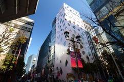 东京,日本- 2013年11月26日:购物在现代大厦的人们在银座地区 免版税库存图片