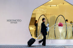 东京,日本- 2013年11月26日:购物在现代大厦的人们在银座地区 免版税图库摄影