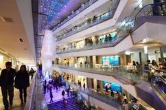 东京,日本- 2013年11月24日:购物在表参道之丘的人们 免版税图库摄影